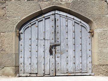 закрывать дверь